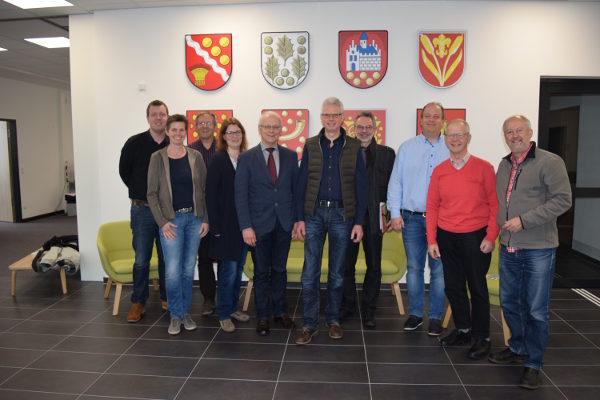 Gruppenfoto von Ehrenamtlichen aus den Ortsvereinen des Kreisverbandes, Friedrich Kethorn (Landrat der Grafschaft Bentheim), Matthias Büchle (Generalsekretär des CVJM-Westbundes)