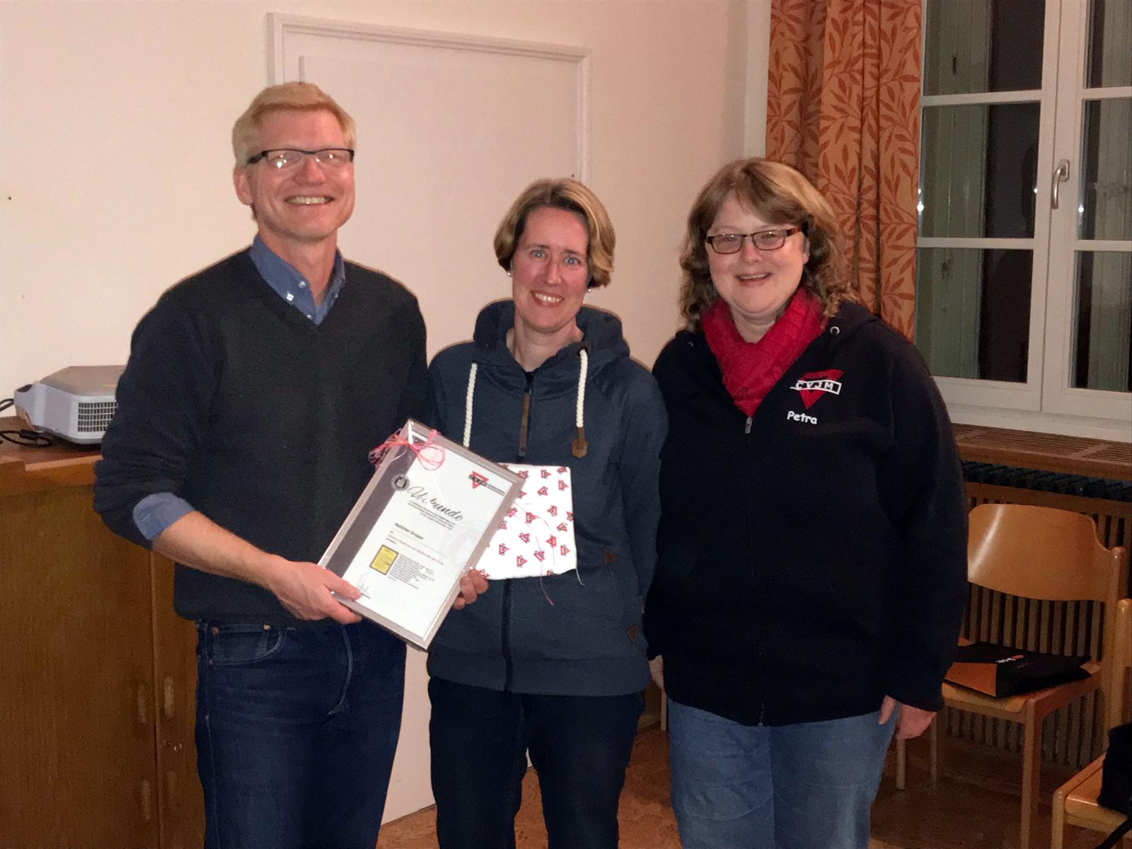 Matthias Groppe erhält eine Urkunde und ein Geschenk von Tanja Stöppel und Petra Telljohann.
