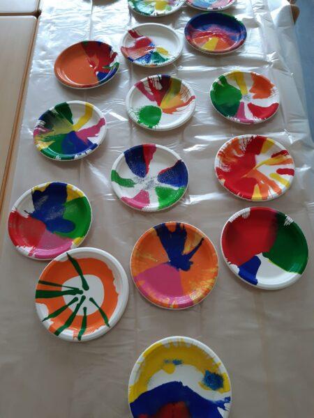 Viele bunt bemalte Teller liegen nebeneinander